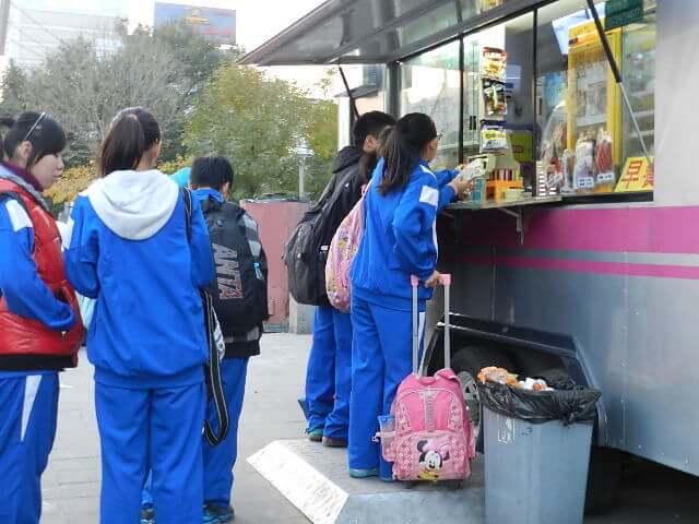 中国 写真で見る北京の街角~学生・子どもたちの関心は~屋台で、食堂で・・
